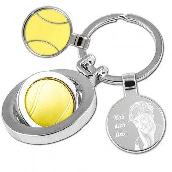 Schlüsselanhänger Tennis mit einer Dame als Fotogravur. Ein Tennisball in gelb ist als Anhänger ausgestattet welches sich 360 grad drehen kann.